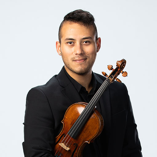 Headshot of violinist Magdiell Antequera Chirinos