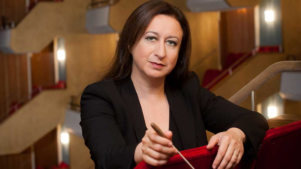 Headshot of conductor Simone Young